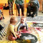 Sukupolvia yhdistävää taidetoimintaa vanhusten palvelukeskuksessa.